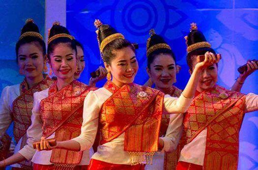 Danseuses laotiennes portant le sinh