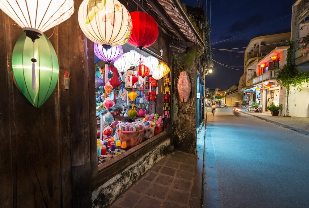 street Hoi An town Vietnam shop multicolored lanterns Houses Travelling and tourism (1000px)