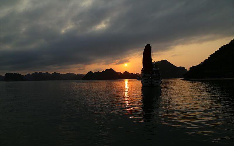 coucher de soleil dans la baie d'Halong Amica Travel