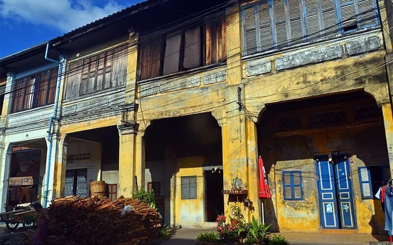 Les vieilles façades décrépies de Kampot Amica Travel