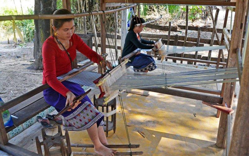 Tisserandes soie laotienne