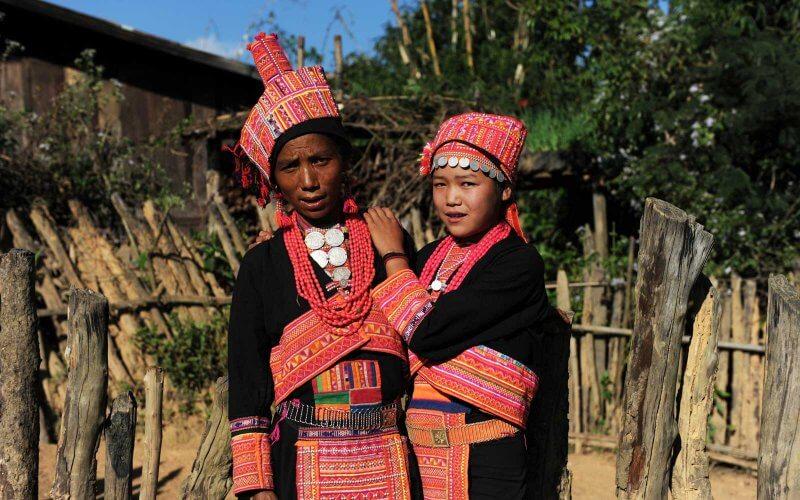 femmes akha en costume traditionnel